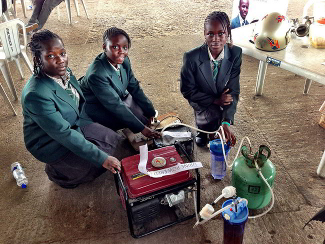 4 African girls have created a generator that produces Electricity for 6 hours using a single liter of urine as fuel: